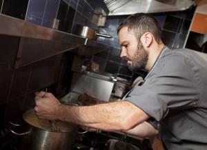 Fotografía del Matías Smith en la cocina del Restaurante Metro Bistró Madrid Centro Plaza Mayor